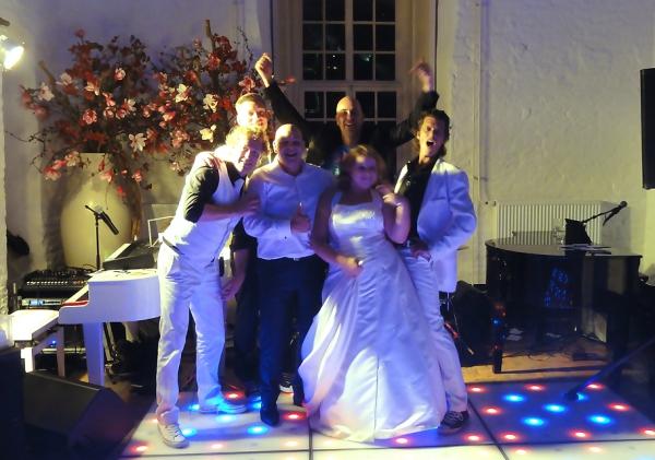 De crazy pianoshow zorgt voor een swingend trouwfeest